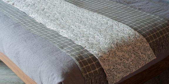 Лайфхак: как сложить одеяло, превратив его в удобную подушку